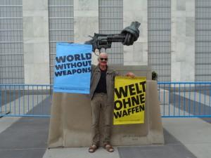 """Der Autor mit dem Plakat der Weimarer Initiative """"Welt ohne Waffen"""" im Mai dieses Jahres vor dem Hauptquartier der Vereinten Nationen in New York und der Skulptur """"Non Violone"""" des schwedischen Künstlers Carl Fredrik Reuterswärd."""
